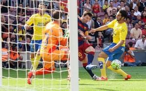 Messi no pudo aguantar con su equipo gafe más de dos minutos en el campo
