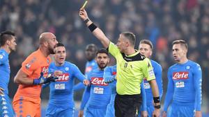 Pepe Reina fue amonestado por Doveri durante el partido