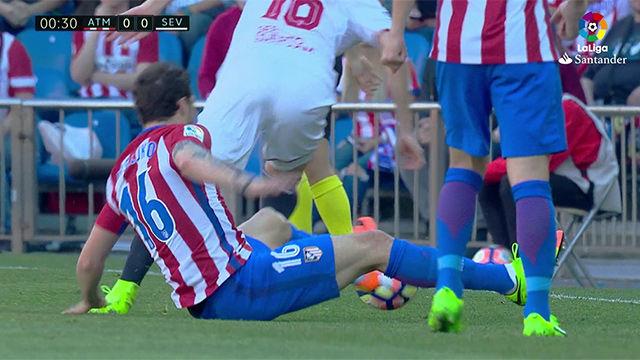 Video resumen: La lesión de Vrsaljko en el primer minuto del Atlético-Sevilla