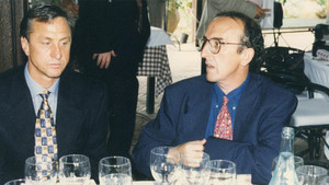 Johan Cruyff y Jaume Roures, en un acto cuando el holandés era entrenador del FC Barcelona