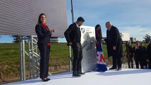 Luis Suárez y el presidente de Nacional, José Luis Rodríguez, descubren la placa con la que se bautizó un campo de Los Céspedes con el nombre del delantero blaugrana