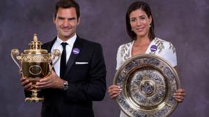 Los ganadores de Wimbledon, con sus trofeos