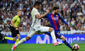 Casemiro y Leo Messi durante el clásico Real Madrid - FC Barcelona de la Liga 2016/17 en el Santiago Bernabéu