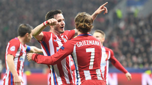Saúl Ñíguez y Antoine Griezmann celebran un gol del Atlético de Madrid