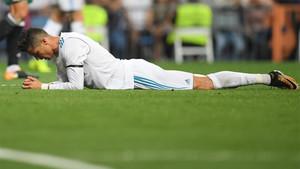 Cristiano Ronaldo tumbado sobre el césped del Santiago Bernabéu en el Real Madrid - Real Betis