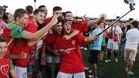 Algunos jugadores de la Pobla se hicieron el 'selfie' del ascenso