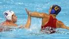 Laura López lucha por el balón con la holandesa Vivian Sevenich