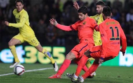 Luis Su�rez dispara contra la porter�a de Asenjo en el Villarreal-Bar�a