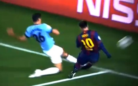 Messi se lesion� en esta dura entrada de Demichelis