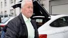 El padre de Schumacher, a la puerta del hospital de Grenoble donde se encuentra ingresado su hijo