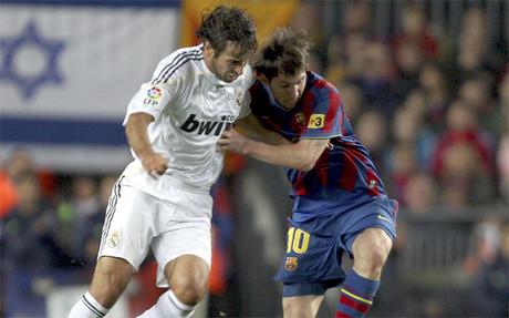 Ra�l Gonz�lez y Leo Messi en la disputa de un bal�n durante el Bar�a-Madrid del 29 de noviembre de 2009 (1-0)