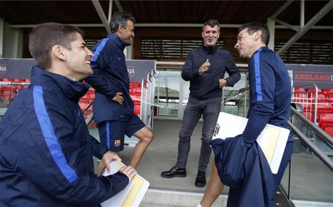 Roy Keane, segundo entrenador de la selecci�n de Irlanda, sigue el entrenamiento del Bar�a en Saint George's Park