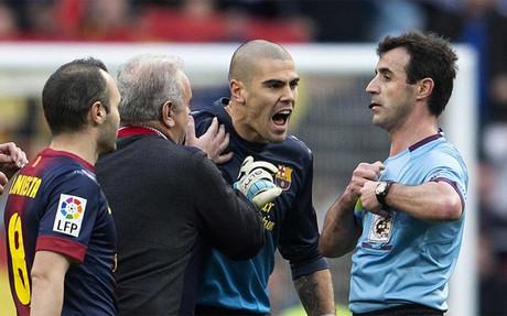 Valdés protestando a Pérez Lasa
