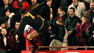 Cantona, orgulloso de la patada que le propinó a un aficionado