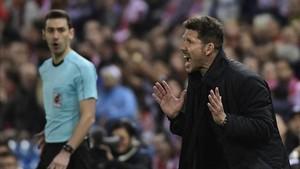 A Simeone le saldrán caras sus protestas al árbitro asistente