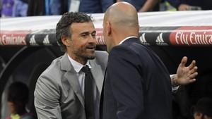 Luis Enrique y Zidane se saludan en el último clásico