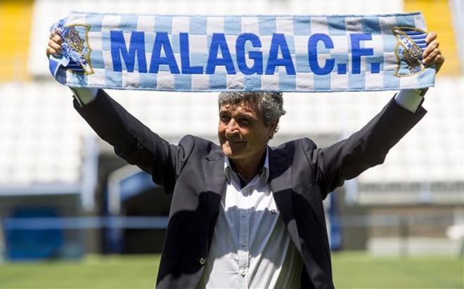 Juande Ramos posa con la bufanda del M�laga.