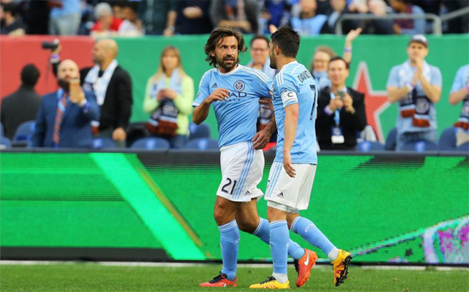 Pirlo y Villa celebran un gol