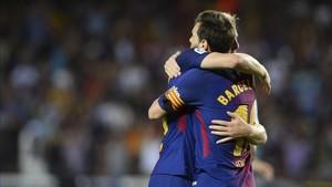 Messi y Deulofeu se abrazan tras el 1-0 ante el Betis