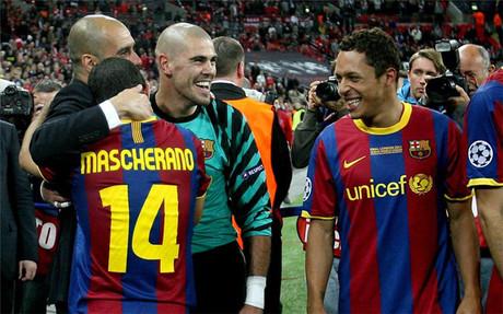 Mascherano, junto a Guardiola, Vald�s y Adriano tras la final de Wembley