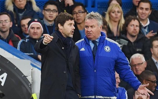 Pochettino charla con Hiddink en el transcurso del Chelsea-Tottenham