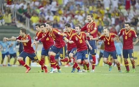 Los jugadores españoles corren hacia Navas, después que lanzara el penalti decisivo
