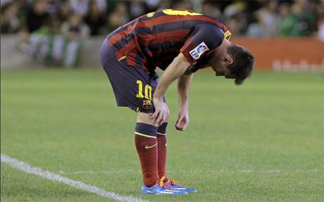 Leo Messi se lamenta de su lesión antes de ser sustituido en el último Betis-Barça