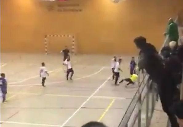Terrible agresión de un jugador a un árbitro en un partido de fútbol sala