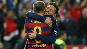 Messi e Iniesta se abrazaron sobre el césped del Calderón
