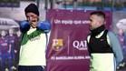 Aleix Vidal apunta ante la mirada de Jordi Alba