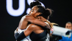 Emotivo abrazo de Serena y Venus Williams