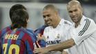 Zidane saluda a Messi en el Bernabéu en 2005