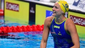 Sara Sjöstrom sonríe tras ver su nuevo récord mundial