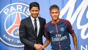 Neymar, junto al presidente del PSG, Nasser Al KhelaÏfi, el día de su presentación