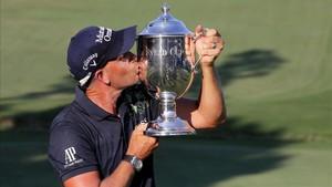 Stenson besa el trofeo en Greensboro
