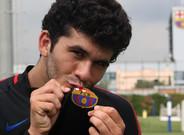 Aleñá besa el escudo del Barça; su compromiso es total tras firmar su renovación