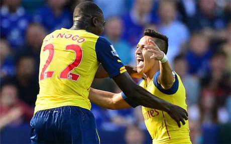 Alexis celebra el gol junto a Sanogo