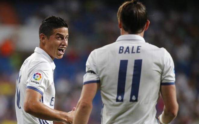 James celebra un gol con Bale