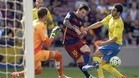 Leo Messi, entre el portero Javi Varas y el defensa Pedro Bigas durante una acción del partido Barça-Las Palmas