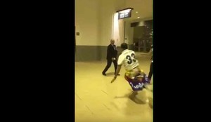 Este es el tackle de Morata a un guarda de seguridad
