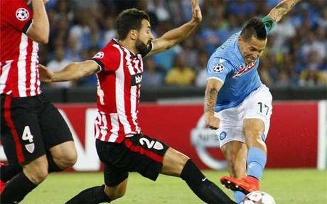 Balenziaga y Hamsik luchando por un bal�n en el partido de ida