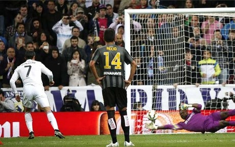 Cristiano Ronaldo 'huyó' de Chicharito tras el gol
