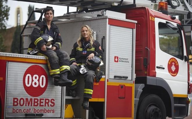 Paula y Gemma, sobre un cami�n en el parque de bomberos de Sant Andreu