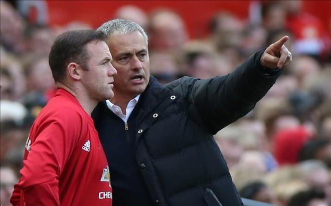 Mourinho da �rdenes a Rooney durante un partido del Manchester United