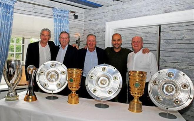 Pep se despide del Bayern posando con los trofeos logrados.
