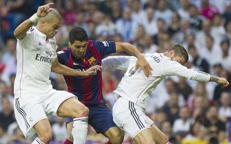 Pepe, Luis Su�rez y Sergio Ramos durante el Real Madrid-Bar�a de la Liga 2014-15