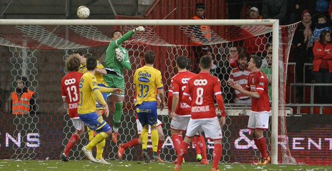 Victor Vald�s recibe su primer gol con el Standard Lieja