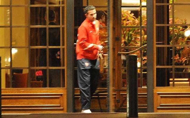 Van Persie, a su salida del hotel donde se aloja el Barça en Londres Daily Mail
