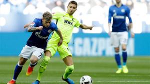 Max Meyer (izquierda) con Moritz Leitner durante un Schalke-Augsburgo de la Bundesliga