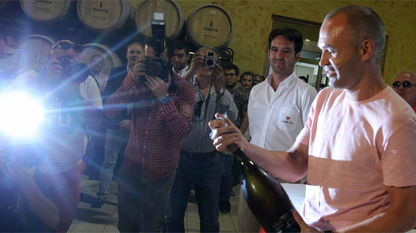 Andr�s Iniesta en sus bodegas de Fuentealbilla